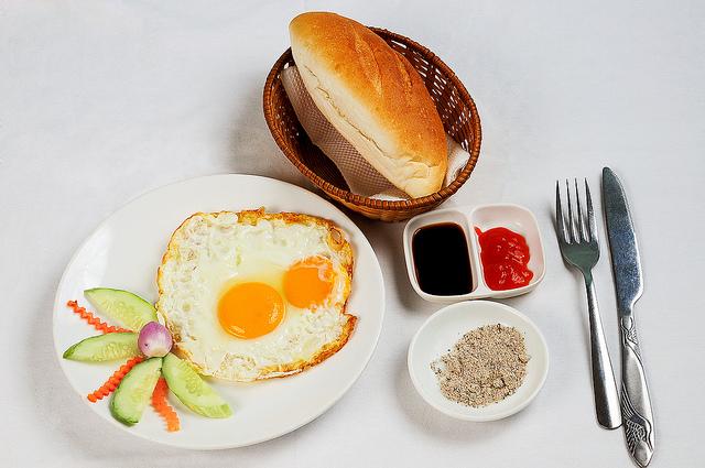 Thực đơn ăn kiêng giảm mỡ bụng hiệu quả trong 3 ngày với trứng ốp la và bánh mì