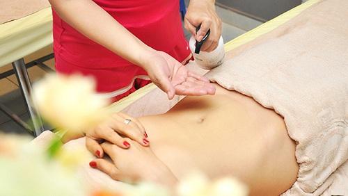 Giảm mỡ bụng bằng cách massage với dầu dừa