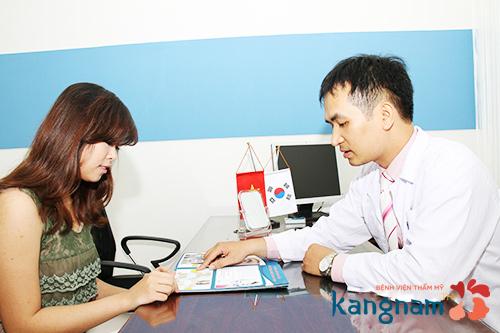 Bác sĩ tư vấn cho khách hàng giảm mỡ cằm mặt