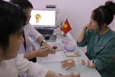 Bác sĩ tiến hành tư vấn giảm mỡ Lipo Matic 3D